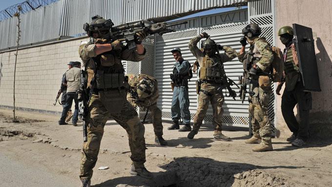 SLÅR TILBAKE: NATO, her representert ved norske spesialsoldater, drepte nylig flere titalls medlemmer av opprørsgruppen Taliban. (Foto: Ap)