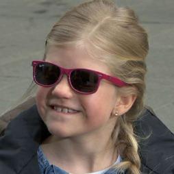 Andrea er veldig fornøyd med disse Ray Ban brillene. (Foto: God morgen Norge)