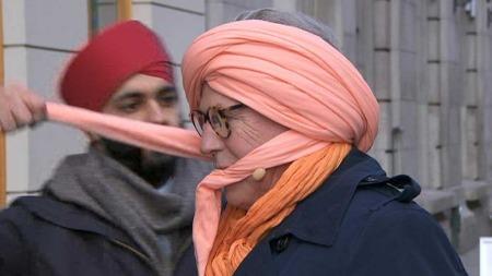 God morgen Norges Finn Schjøll lover å gå med sin ferskenrosa turban hele dagen.  Her binder Sumeet Singh, medlem i styringsgruppen for Turbandagen, turbanen til Finn.  (Foto: God morgen Norge)