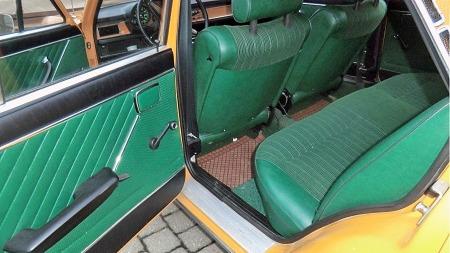 I dette baksetet kan det se ut som at det aldri har sittet folk. Bilen har også noe for 70-tallet så uvanlig som nakkestøtter i baksetet. (Foto: Privat)