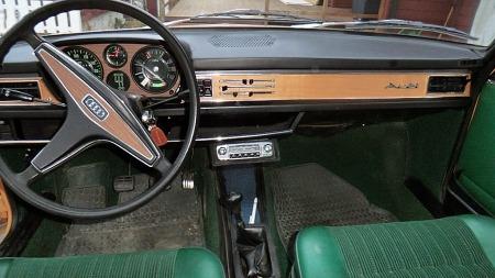 I 1976 var en helt ny Audi 100 rett rundt hjørnet, og dashboardet som hadde vært med helt siden 1969 var langtfra moderne. Men disse Audiene hadde likevel en entusiastisk kjøpergruppe. (Foto: Privat)