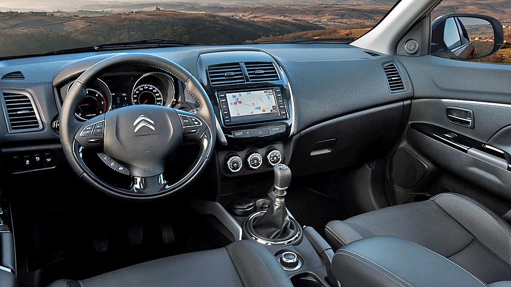 Det meste er som ventet til å kjenne igjen fra Mitsubishi ASX også inne i kupeen på Citroën C4 Aircross. Gode introduksjonspriser på toppmodellene kan gi dem en god start i Norge.