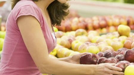 TA SUNNE VALG: Ved å handle på tom mage risikerer du å ta usunne valg i butikken. Sørg derfor for at du har spist før du gjør innkjøpene. (Foto: Illustrasjonsbilde / Colourbox/)