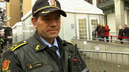 FØLGER MED: Kjell Jan Kvarme, innsatsleder i Oslo politidistrikt, forteller at ikke alle kommer inn i Oslo tingrett. (Foto: TV 2/Siw Borgen/Rune Blekken)