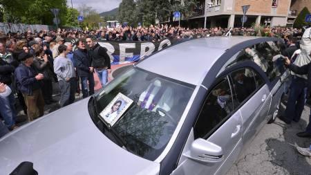Kisten med Livornos Piermario Morosini blir kjørt bort fra kirken under begravelsen i Bergamo. 25-åringen døde etter at han falt om under en fotballkamp. (Foto: GIUSEPPE CACACE/Afp)