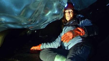 ENTUSIASTISK: Dr. Miriam Jackson Forsker, Norges vassdrags- og energidirektorat er entusiastisk over laboratiriet de nå har, men er bekymret for fremtiden til norske isbreer.  (Foto: Tord Theodor Olsen/TV 2)