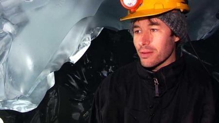 FØRSTE GANG UNDER ISEN: Ken Mankoff, student ved Universitetet i California har aldri vært under en isbre før. Nå kommer forskere og studenter fra hele verden til Norge. (Foto: Tord Theodor Olsen/TV 2)