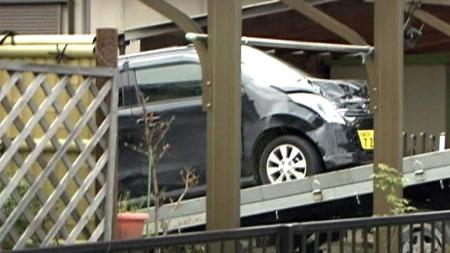 TYDELEGE SKADER: Bilen har tydlege skader i fronten etter å   ha køyrd inn i gruppa med skuleelevar bakfrå. (Foto: NHK)
