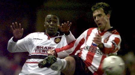 MANGE TØFFE OPPGJØR: Claus Lundekvam har vært med på mange kamper mot Manchester United. Hjemme gikk det ofte bra, som her på The Dell i 1-0-seieren mot Andrew Coles lag i januar 1998, men borte ble det nesten alltid tap. (Foto: ADAM BUTLER/AP)