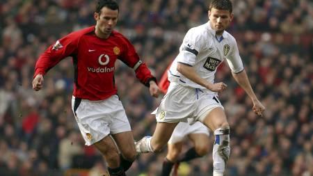 Manchester United's Ryan Giggs is chased by Leeds United's Eirik Bakke (Foto: PAUL BARKER/AFP)