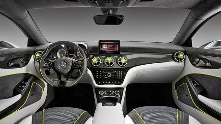 Førerplassen i konseptbilen CSC - og ganske sikkert også produksjonsmodellen CLA - har svært mye A-klasse over seg. Vi kan kanskje forvente litt mindre alcantara og litt mer konservativt stemningslys i produksjonsmodellen.