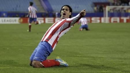 SCORET   TO: Radamel Falcao scoret to av målene da Atletico Madrid vant 4-2 over   Valencia. (Foto: Paul White/Ap)
