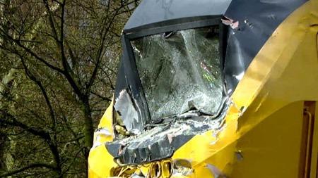 KRAFTIG SMELL: Det var store krefter i sving når togene braket sammen på lørdag. 16 personer ligger fortsatt på sykehus etter smellen.  (Foto: Nederlandse Omroep Stichting)