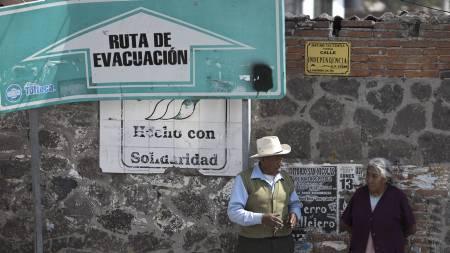 Myndighetene har satt opp skilt som viser de raskeste evakueringsrutene. (Foto: Dieu Nalio Chery/Ap)