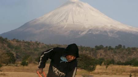 UTSATTE: I områdene ved foten av vulkanen bor det titusenvis av bønder. (Foto: STRINGER/MEXICO/Reuters)