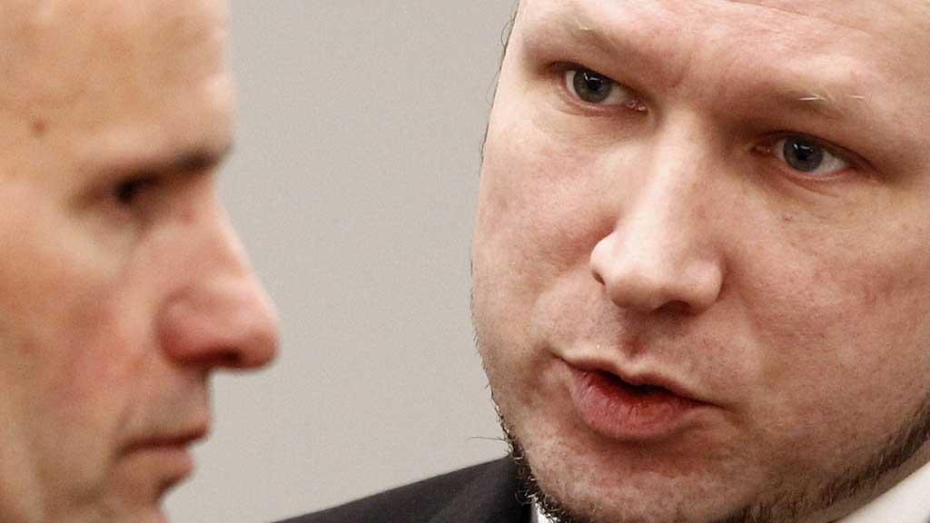 Terrorrettssaken mot Anders Behring Breivik i Oslo tingrett 2012. Tiltalte Anders Behring Breivik (midten) i sal 250 i Oslo tinghus mandag på sjette dag av rettssaken der han står tiltalt for terrorangrepet i Oslo og på Utøya 22. juli 2011. (Foto: Lise Åserud / NTB scanpix)
