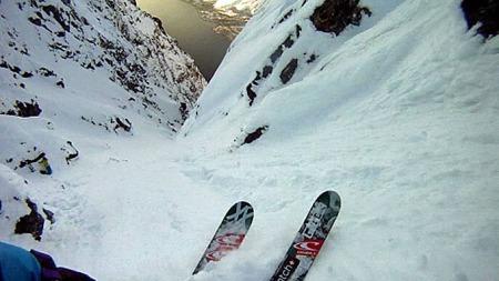 UTEN FRYKT: Den erfarne skiføreren starter sin ferd utfor den stupbratte fjellsiden mens det hele dokumenteres av filmteamet. (Foto: Eivind Aurstad/Matt Herriger, Chaoz productions  )