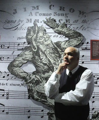 «JIM CROW» var opprinnelig en sang. Museets grunnlegger David Pilgrim står her foran en vegg med den ellevilt rasistiske sangteksten. (Foto: AP/SCANPIX)