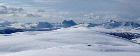 Utsikt mot Kvaløya i Troms søndag. Finværet i nord holder seg hele uken. (Foto: Egil Pettersen)