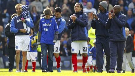 Portsmouth-spillerne klapper for fansen etter at nedrykket e rklart. (Foto: Chris Ison/Pa Photos)