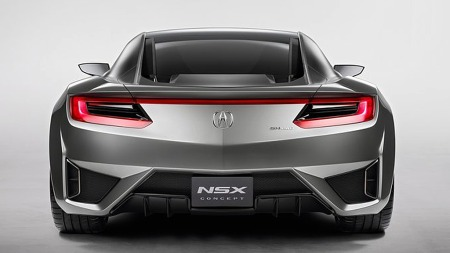 Første generasjon NSX hadde en fiffig nedsenket, integrert bakspoiler av samme type som man så på 90-talls Mazda 626 og noen ombygde Mercedes W124 med ombygget baklokk. Kjennetegnet er borte på den nye, men dette blir likevel et staseslig akterspeil.