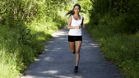 FORBRENNER FETT: For å stramme opp kroppen på bare åtte uker kreves det tre treningsøkter i uken. Løping er blant de mest effektive aktivitetene for fettforbrenning. (Foto: Illustrasjonsbilde / Colourbox/)