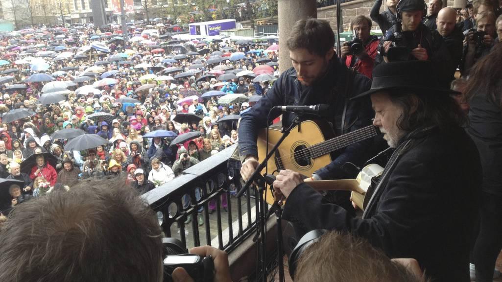 """Lillebjørn Nilsen (th) spiller og synger """"Barn av Regnbuen"""" sammen med anslagsvis 40000 fremmøtte på Youngstorget i Oslo torsdag. (Foto: Eeg, Jon/NTB scanpix)"""