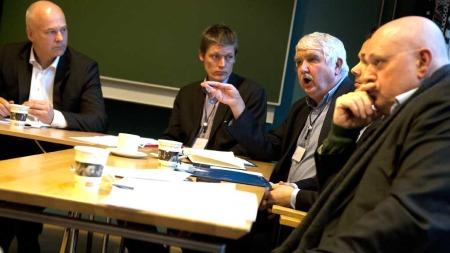 MØTEST: Thor Gjermund Eriksen, konsernsjef i A-pressen som sit heilt til venstre og Tom Thoresen, direktør i Medietilsynet (nummer tre frå venstre), skal snart møtast for å finna ut kva A-pressen må gjera for å få overta Edda Media. (Foto: Scanpix)