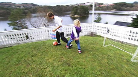 SPILLER FOTBALL IGJEN: Foreldrene til Gøran gav han tre uker spilleforbud. Da ble det igjen tid til andre ting, som å spille fotball med lillesøster.  (Foto: Pål Schaathun/Lars Rørholt  /TV 2)