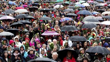 Tusenvis av mennesker sang Barn av regnbuen sammen   med Lillebjørn Nilsen på Youngstorget torsdag. (Foto: Junge, Heiko/NTB   scanpix)