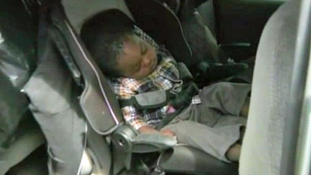 GOD BEHOLD: Toåringen med godt sovehjerte ble funnet i god behold etter den femten minutter lange bilturen med biltyven i sjåførsetet. (Foto: CBS)