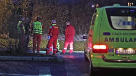 Mannen skal ha blitt skutt like ved Ås stasjon. Etter å ha blitt undersøkt av ambulansepersonell på stedet, ble han fløyet til Ullevål universitetssykehus i Oslo. (Foto: Daniel Laabak)