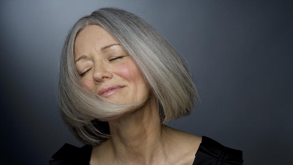 SLUTT FOR GRÅTT? Vi vet stadig mer om hvorfor hår blir grått, og kanskje ser vi snart at antigråningsprodukter når det kommersielle markedet. Inntil videre har frisørene råd om hvordan grått hår best kan pleies.  (Foto: Ralf Nau)