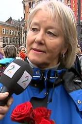 Eva Løken har møtt opp på Youngstorget for å synge. (Foto: TV 2)