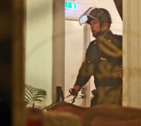 Bevæpnet politi med hunder har gjennomsøkt stasjonsbygningen og tog som har stanset ved stasjonen. (Foto: Daniel Laabak)