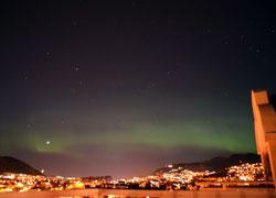 Nordlys over Bergen 25.04.2012 mellom kl 00.30 og 00.45. (Foto: Anette Skutevik)