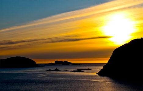Du kan få en fantastisk opplevelse tirsdag kveld, selv om nordlyset skulle svikte. Dette bildet av solnedgangen ble tatt i Nordfjord mandag. (Foto: Bjarne Eldevik)