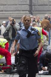 Politikvinnen avbildet like etter at 24-åringen er levert til   ambulansemannskapet. (Foto: Scanpix)