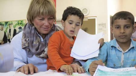 Generalsekretær Tove R. Wang snakker med barn som deltar i aktiviteter på Redd Barnas barnesenter i Ramtha i Jordan, åtte kilometer fra grensen til Syria. Wang fikk høre sterke historier om syriske flyktningebarns opplevelser før og under flukten fra hjemlandet. (Foto: Philip Crabtree/NTB scanpix)