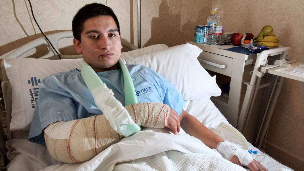 FRYKTER FOR LIVET: Den 22 år gamle kelneren Santiago Parra ligger med store bandasjer i sykesengen i Benidorm. (Foto: David Revenga/INFORMACIÓN)
