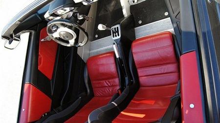 Skinntrukne sportsseter ser innbydende ut, men ellers er det lite komfort i bilen. Løse gulvmatter demper klangen i aluminiumsgulvet noe, men med kjøreklar vekt på 930 kilo for turboversjonen er det lite rom for unødvendig luksus. Faksimile: Finn.no