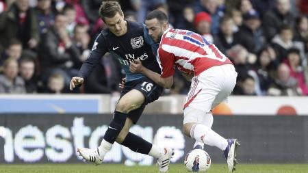 FIKK GJENNOMGÅ: Aaron Ramsey fikk høre det av Stoke-fansen på Britannia Stadium lørdag. (Foto: Jon Super/Ap)