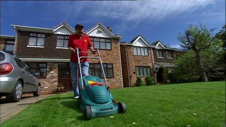 Peter Bolton klipper gresset for å få tiden til å gå til kampstart. (Foto: TV 2)