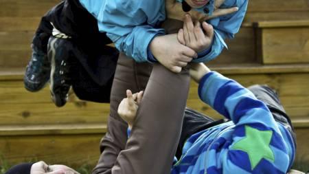 BENKPRESS: Her bruker pappa Gie barna som vektstang. (Foto: Stian Øvrebø/)