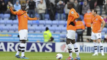 MÅLLØSE SPISSER: Papiss Cissé og Demba Ba var oppgitt etter at Newcastle ble herjet med på DW Stadium. (Foto: ANDREW YATES/Afp)
