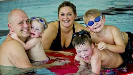 FELLES AKTIVITET: En tur i svømmehallen kan være god trening for hele familien. (Foto: Stian Øvrebø/)