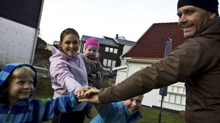 TRENING I HAGEN: Barna Fredrik, Mathias og Tomine var gode medhjelpere til familiens sunne forvandling. Med fløyter og stoppeklokker sørget de for god trening for hele familien. (Foto: Stian Øvrebø/)