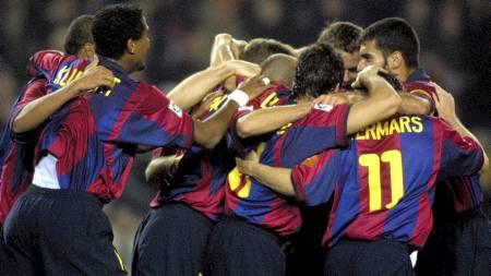 FC Barcelona's (L-R) Brazilian Rivaldo, Duch Patrick Klivert and his team mates with captain Josep Guardiola (R) celebrates the fith goal, scored by Dutch Philip Cocu (Foto: CESAR RANGEL/AP)