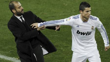Barcelona's coach Josep Guardiola, left is pushed by Real Madrid's Cristiano Ronaldo from Portugal, right, during their La Liga soccer match at the Camp Nou stadium, in Barcelona, Monday, Nov. 29, 2010. Ronaldo was given a yellow card for the offence. (Foto: Daniel Ochoa de Olza/Ap)