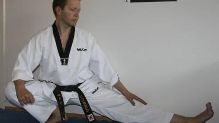TØYER GRENSENE: Taekwondo-entusiast Helge Olaussen fra Oslo tøyer hver dag og har blitt en myk mann. (Foto: Privat/)